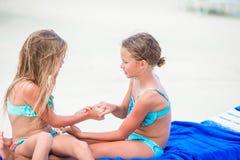 Meninas que têm o divertimento na praia tropical que joga junto no sunbed Imagem de Stock Royalty Free