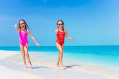 Meninas que têm o divertimento na praia tropical que joga junto na água pouco profunda Foto de Stock Royalty Free