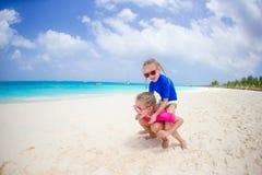 Meninas que têm o divertimento na praia tropical que joga junto na praia Fotografia de Stock Royalty Free