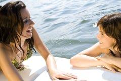 Meninas que têm o divertimento na prancha fotografia de stock royalty free