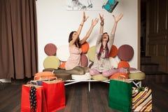 Meninas que tentam travar uma caixa de presente Fotografia de Stock