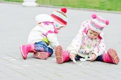 Meninas que tiram com giz Fotografia de Stock