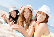 Meninas que tomam sol na praia Fotos de Stock