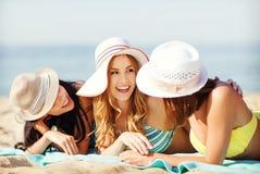 Meninas que tomam sol na praia Fotografia de Stock