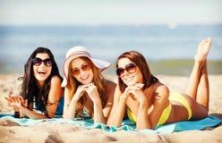 Meninas que tomam sol na praia Fotografia de Stock Royalty Free