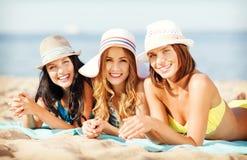Meninas que tomam sol na praia Imagens de Stock