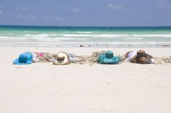 Meninas que tomam sol na praia Fotos de Stock Royalty Free