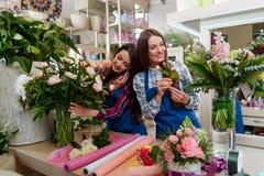 Meninas que trabalham no florista fotos de stock royalty free