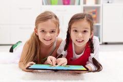 Meninas que usam o computador da tabuleta como o artboard Fotos de Stock