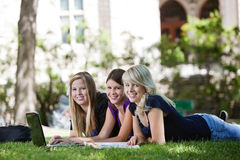 Meninas que usam o portátil Imagem de Stock