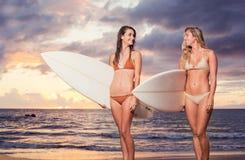 Meninas 'sexy' bonitas do surfista na praia Fotografia de Stock