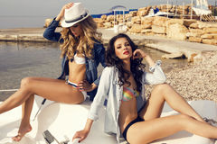 Meninas 'sexy' bonitas nos vidros que levantam na praia Fotografia de Stock Royalty Free