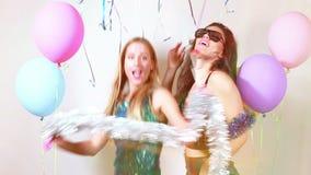 Meninas 'sexy' bonitas que dançam com os suportes na cabine da foto vídeos de arquivo