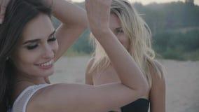 Meninas 'sexy' bonitos que mostram a felicidade nas férias no verão no close up da praia filme