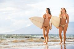 Meninas 'sexy' do surfista na praia Fotografia de Stock
