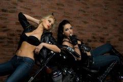 Meninas 'sexy' no velomotor Imagens de Stock Royalty Free