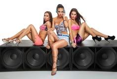 Meninas 'sexy' que sentam-se no grande orador Imagem de Stock