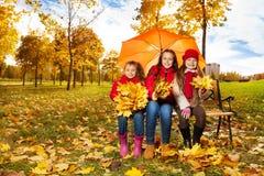 Meninas sob o guarda-chuva no parque do autum Imagens de Stock Royalty Free