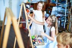 Meninas talentosos na escola de arte fotos de stock