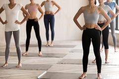 Meninas tonificadas no sportswear pronto para o treinamento dos pilates imagem de stock