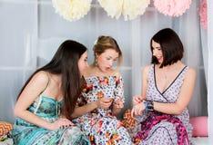 Meninas três novos, bonitas e da emoção no vestido colorido brilhante Fotografia de Stock