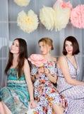 Meninas três novos, bonitas e da emoção no vestido colorido brilhante Imagens de Stock