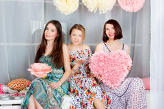 Meninas três novos, bonitas e da emoção no vestido colorido brilhante Foto de Stock