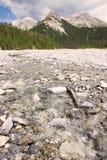 Mening aan bergen en rivier in Klausenpass, Zwitserland Stock Afbeeldingen