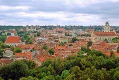 Mening aan de groene oude stad van Vilnius in de zomertijd stock foto
