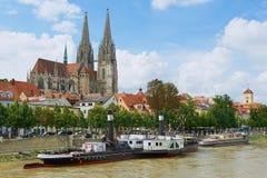 Mening aan de kathedraal van Regensburg en historische gebouwen met de rivier van Donau bij de voorgrond in Regensburg, Duitsland Royalty-vrije Stock Fotografie