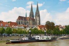 Mening aan de kathedraal van Regensburg en historische gebouwen met de rivier van Donau bij de voorgrond in Regensburg, Duitsland stock fotografie