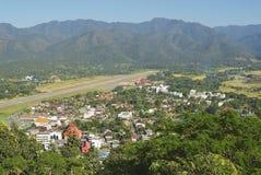 Mening aan de luchthavenstreep en de stad van Mae Hong Son, Thailand Royalty-vrije Stock Foto's