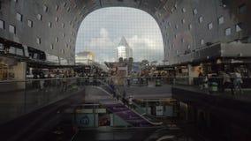 Mening aan de opslag en de mensen in Marktzaal, Rotterdam stock videobeelden