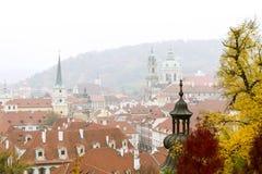 Mening aan de Oude Stad in mistige de herfstdag praag Tsjechische Republiek Stock Afbeeldingen