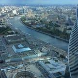 Mening aan de rivier en de stad van Moskou van de schrapers van de de stadshemel van Moskou royalty-vrije stock foto
