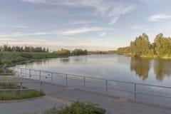Mening aan de rivier en de wolkenkrabbers in park Riga, Letland Royalty-vrije Stock Afbeelding