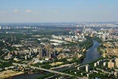 Mening aan de rivier en de woningshuizen van Moskva van Commercieel van Moskou Internationaal Centrum Stock Afbeelding