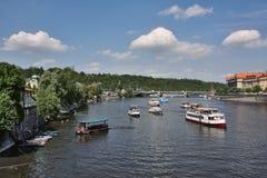 Mening aan de rivier Vltava van pragbrug Stock Afbeeldingen