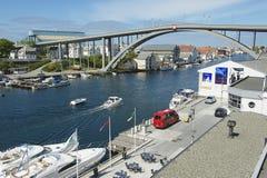 Mening aan de rivieroever van de Haugesund-stad in Haugesund, Noorwegen Royalty-vrije Stock Foto's