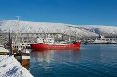 Mening aan de schepen bij de haven van Tromso, Noorwegen Stock Afbeelding