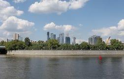 Mening aan de schrapers van de de Stadshemel van Moskou van rivier stock fotografie