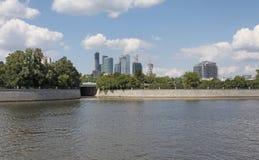 Mening aan de schrapers van de de Stadshemel van Moskou van rivier royalty-vrije stock foto