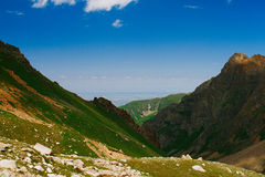 Mening aan de stad van Alma Ata van bergen Stock Foto