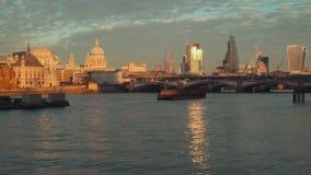 Mening aan de Stad van Londen, Blackfriars-Brug en de Kathedraal van Saint Paul ` s van de dijk van Theems Met schepen stock video