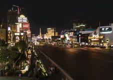 Mening aan de Strook in Las Vegas 's nachts met auto's op de straat royalty-vrije stock fotografie