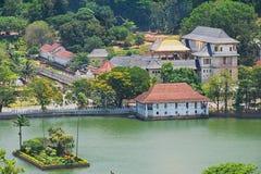 Mening aan de Tempel van de Tand (Sri Dalada Maligawa) met gouden dak die op de zon in Kandy, Sri Lanka wijzen Stock Foto