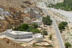 Mening aan de traditionele kleurrijke gebouwen in Wadi Doan, Yemen Stock Foto's