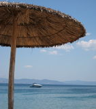 Mening aan een boot van het strand Stock Foto