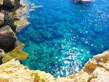 Mening aan een rotsachtige mooie kust stock fotografie