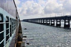 Mening aan een wegbrug van een trein op de Pamban-Brug Stock Afbeeldingen